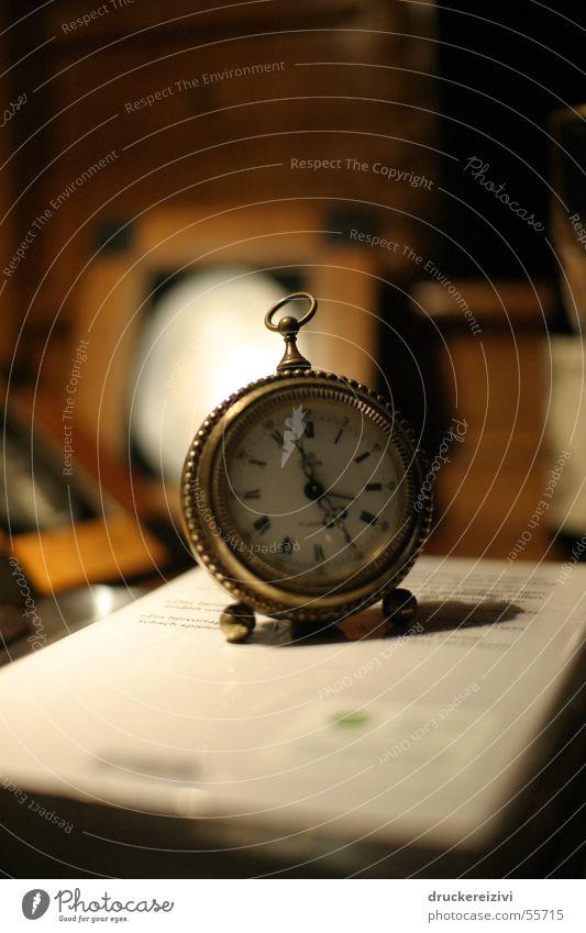 Eine Frage der Zeit Uhr Holz Messing alt Wärme available light