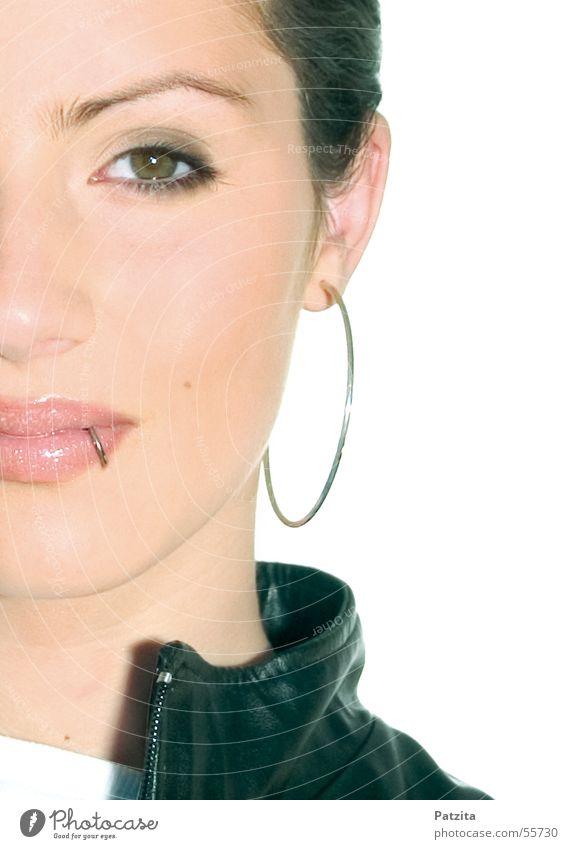 Modern Business Woman Frau Mensch schön weiß Gesicht Auge feminin Mund Beautyfotografie Lippen Schmuck Piercing Ohrringe Europäer Vor hellem Hintergrund
