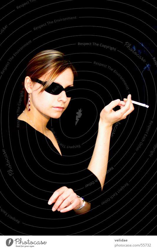 Smoking Lady II Frau Porträt Hochformat Hochmut Schwarzweißfoto elegangt edel