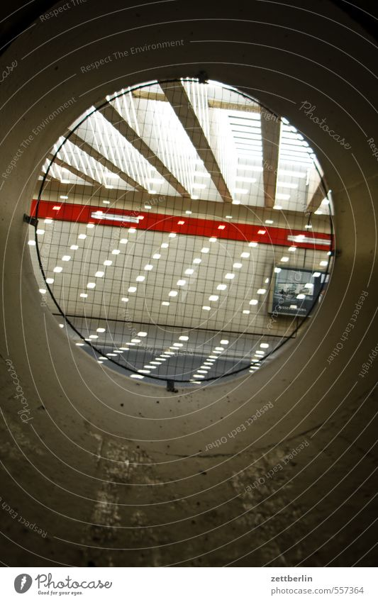 Rundes Fenster rund Loch Aussicht Fensterblick Röhren Tunnel Licht Streifen Fleck Lichtfleck Lichtkegel Lichtblick Schatten Durchgang durchsichtig Durchbruch