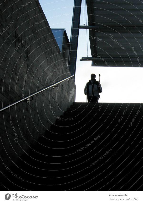 wo geht's hier zur piste? Mann Winter Spielen warten Treppe Beton Dach Geländer Bahnhof Skifahrer Schneeanzug