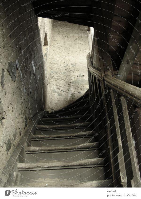 auf ausgetretenen Stufen alt Einsamkeit Fenster grau Holz Stein Mauer Gebäude Angst Treppe Elektrizität gefährlich bedrohlich verfallen gruselig Mut