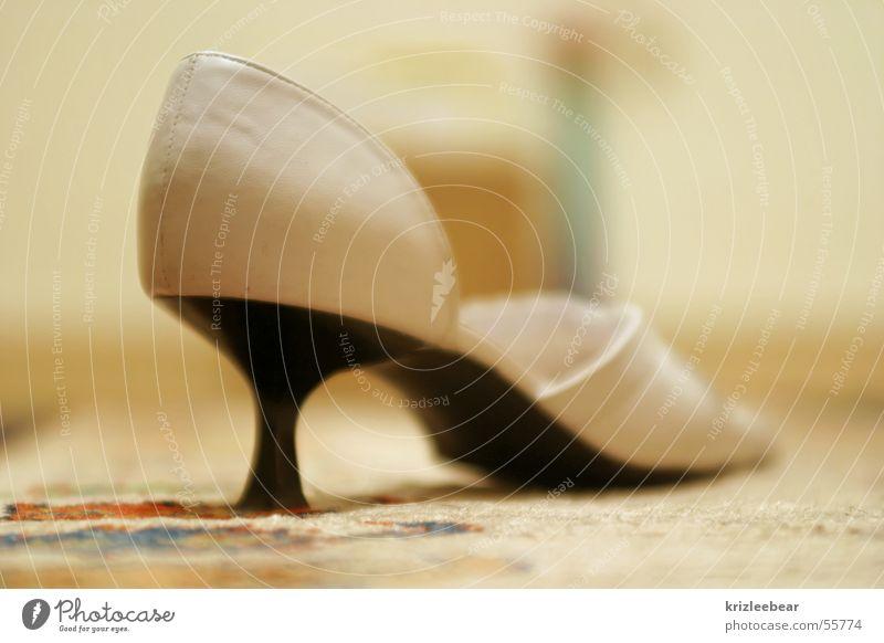absatzquote Schuhe Leder Sandale weiß schwarz Tanzfläche Treppenabsatz Kontrast Bodenbelag white black sandal leather high heel shoe