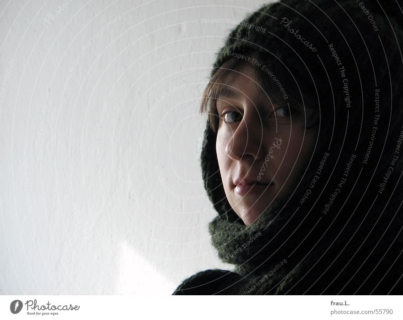 Lana im Winter Gesicht Seil Mensch feminin Frau Erwachsene Mode Bekleidung Schal Mütze niedlich zart Wand schick Porträt