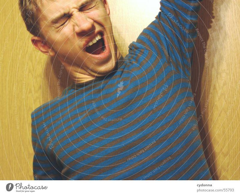Menschenskind X Mann Hand Gesicht Wand Holz Stil Körperhaltung Verkehrswege Gesichtsausdruck Pullover gestreift Maserung gähnen