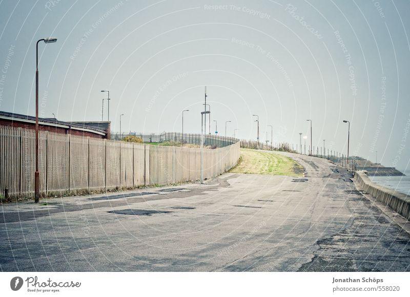 Portobello II Hafenstadt Stadtrand Skyline ästhetisch Einsamkeit trist Wolken Herbstwetter trüb Frau Straße Promenade Beton Meer Strand Nebel Betonmauer dreckig