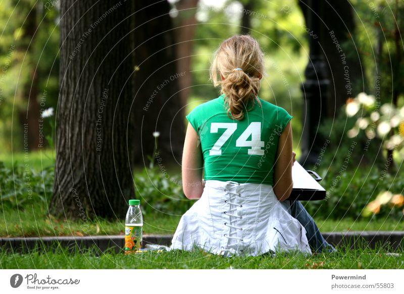 YoungLady Frau Dame blond grün 74 Park Mappe Baum ruhig Jacke Einsamkeit Denken Zopf Erholung Wald Ecke weiß Getränk Haare & Frisuren sitzen T-Shirt Flasche