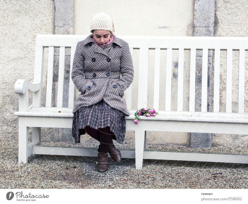 traurig Mensch Frau Jugendliche Einsamkeit Junge Frau Erwachsene kalt Traurigkeit Liebe feminin trist sitzen Trauer Rose Bank Blumenstrauß