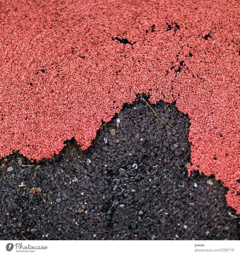 Koalition Straße alt unten Stadt rot schwarz Schutz Vergänglichkeit Wege & Pfade Zusammenhalt Gummibelag Asphalt Farbfoto Gedeckte Farben Außenaufnahme abstrakt