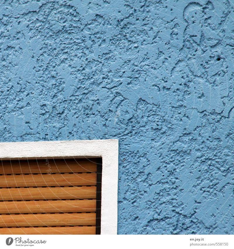 Hausecke Häusliches Leben Hausbau Mauer Wand Fassade Fenster Rollladen Rollo eckig blau braun weiß Sicherheit Schutz Wachsamkeit Farbfoto Außenaufnahme