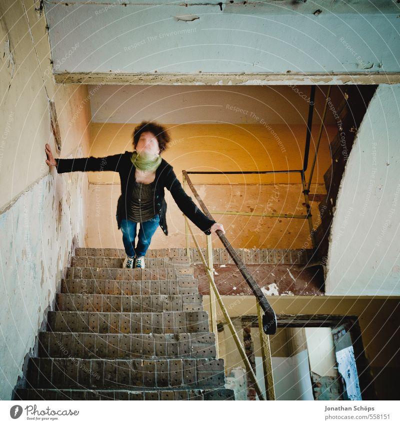 Treppengehänge III Lifestyle Freude Meditation Haus Mensch feminin 1 13-18 Jahre Jugendliche Junge Frau 18-30 Jahre Treppenhaus Treppengeländer alt verfallen
