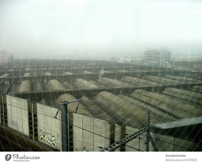 zimmer ohne aussicht dunkel Wand Mauer Graffiti Nebel Dach Gleise wettergeschützt