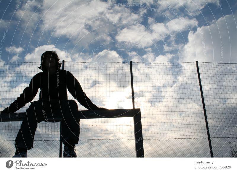 High fives & blue skies Mensch Mann Himmel Sonne Freude Winter Wolken Erholung Freiheit Denken Luft hoch sitzen Netz Unendlichkeit Tor