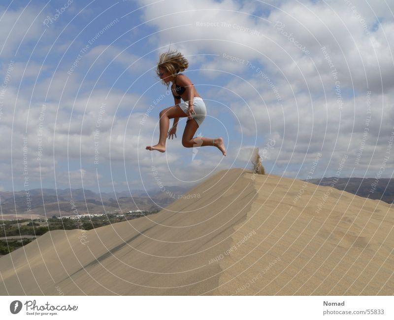 Sandsturm Mädchen Himmel Ferien & Urlaub & Reisen Wolken springen Sand Stranddüne