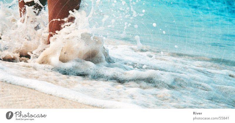 Füsse im Wasser Meer Strand Wellen