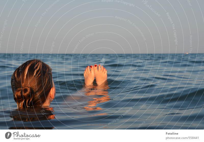 Relax! Mensch feminin Kind Mädchen Kindheit Haut Kopf Haare & Frisuren Fuß Umwelt Natur Urelemente Wasser Sommer Wellen Meer hell kalt nah nass Wärme blau