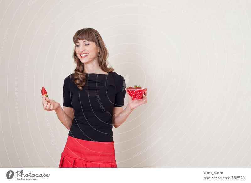 Erdbeerglück! feminin 1 Mensch 18-30 Jahre Jugendliche Erwachsene Bekleidung T-Shirt Rock brünett langhaarig Pony genießen rot schwarz Freude Glück Fröhlichkeit