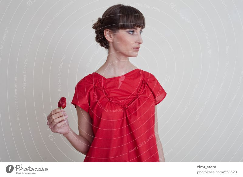 Erdbeerliebe? Jugendliche Junge Frau rot 18-30 Jahre Erwachsene Essen feminin Lebensmittel Frucht Zufriedenheit Ernährung genießen süß T-Shirt Bioprodukte