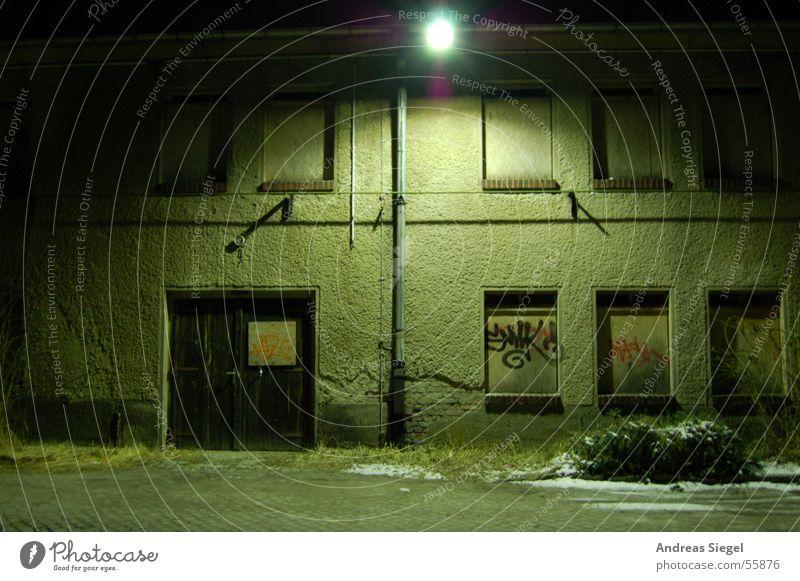Es war einmal... alt Winter dunkel Graffiti Beleuchtung leer Industrie Tor verfallen Laterne Lagerhalle Holzbrett Gewerbe Kunstwerk