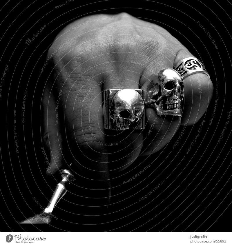 Hand Mensch Mann weiß schwarz Ernährung dunkel Haut Finger Kreis Schmuck silber Faust Gabel Schädel Besteck