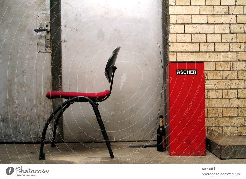 a day is a day grau dreckig rot schwarz retro Siebziger Jahre leer Bier Aschenbecher Rauchen Müll beige Europa lässig Arbeit & Erwerbstätigkeit Außenaufnahme