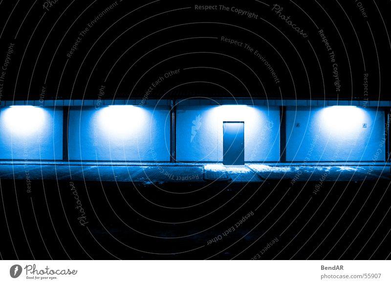 Der Hintereingang blau Tür Eingang Parkplatz Lichtstimmung