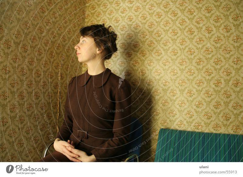 im warteraum, dan warte ich halt Frau warten sitzen Kleid Tapete Stolz aufstehen