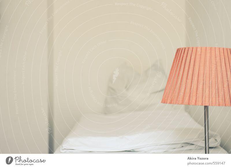 A place to rest Stil ruhig Häusliches Leben Wohnung Lampe Bett Raum Schlafzimmer Haus Mauer Wand Erholung schlafen orange weiß minimalistisch Farbfoto