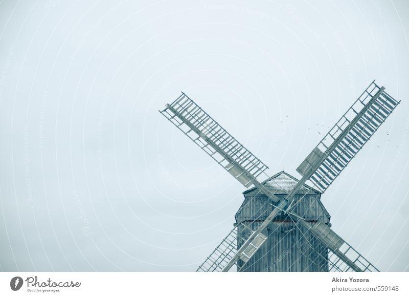 Kältemühle blau Einsamkeit Haus kalt Gebäude grau Holz braun stehen Sehenswürdigkeit eckig stagnierend Ausdauer Windmühle Windmühlenflügel