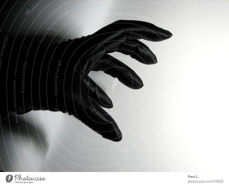 Kralle Satin Abendgarderobe extravagant Frau Krallen Hand Handschuhe schwarz Finger bedrohlich feminin böse unheimlich Thriller Angst Panik Bekleidung Schatten
