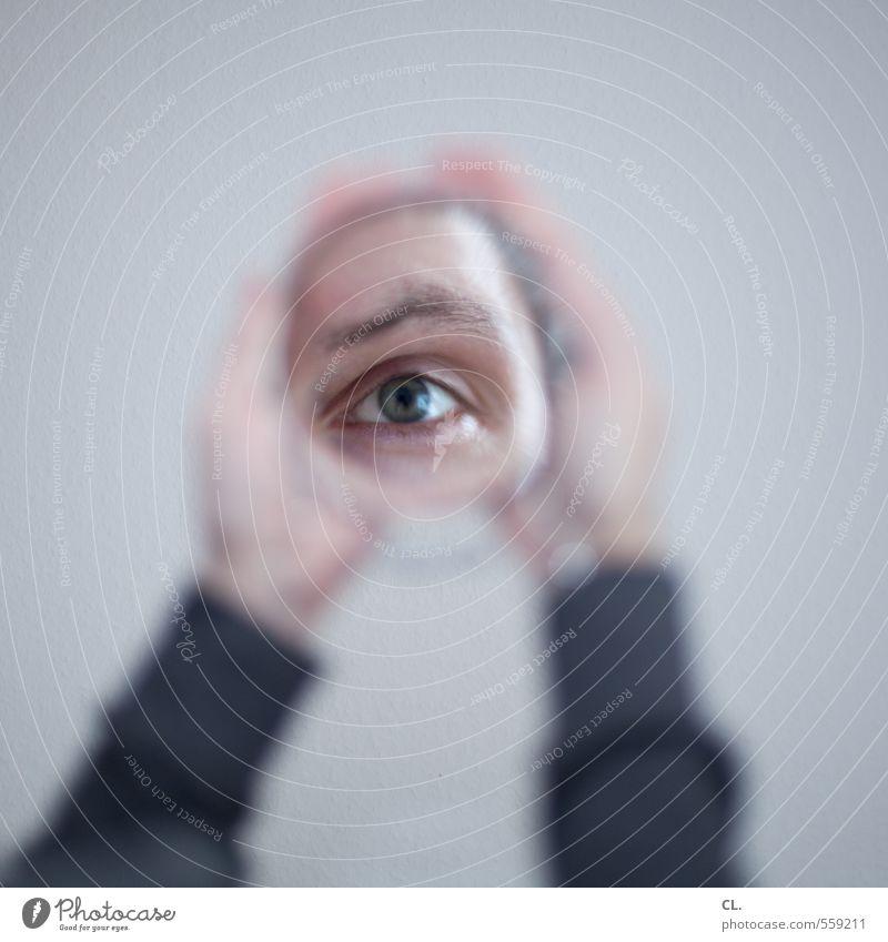 spiegel Mensch Mann Hand Einsamkeit Erwachsene Auge grau träumen maskulin Perspektive Zukunft beobachten Wandel & Veränderung einzigartig Neugier nah