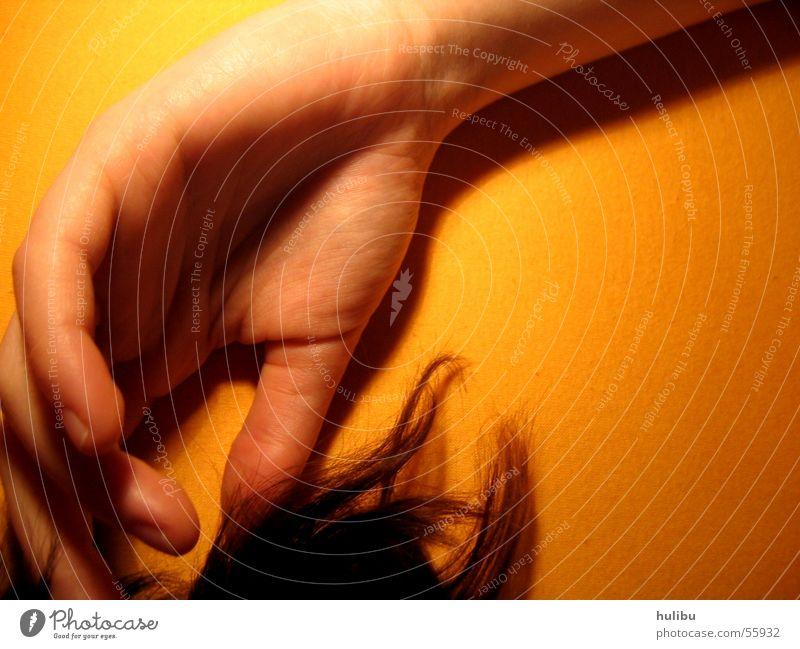Hand im Haar gelb Haare & Frisuren orange Finger Bett