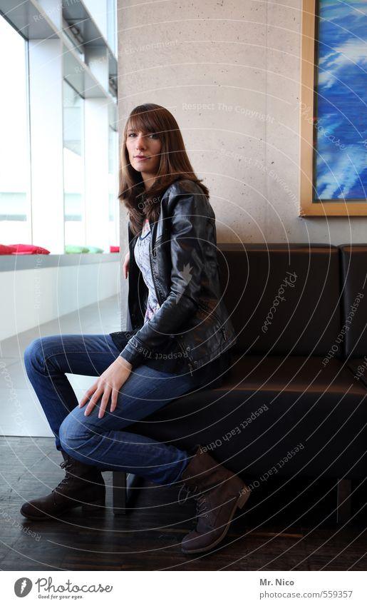 Voilà ! Lifestyle Innenarchitektur Sessel feminin Frau Erwachsene 1 Mensch Gebäude Mode Jeanshose brünett langhaarig sitzen warten schön Foyer Körperhaltung