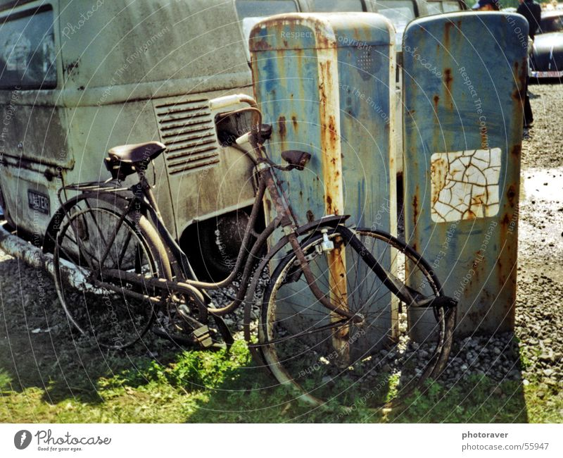Etwas angerostet Fahrrad Schrott Zapfsäule kaputt retro old-school Rust Rost bulli t1 bicycle wheel scrap iron gasoline