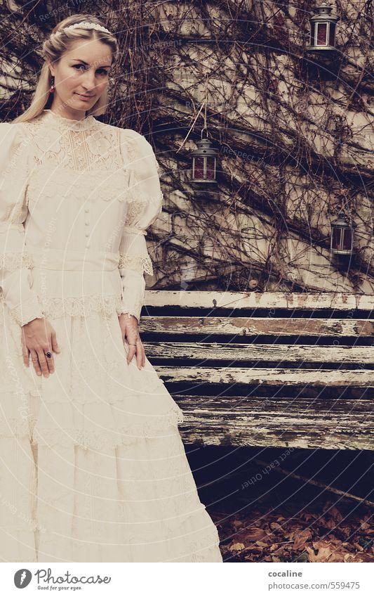 STANDhaft Jugendliche alt Einsamkeit Junge Frau 18-30 Jahre dunkel Erwachsene Leben feminin träumen Stimmung blond Sträucher Ewigkeit Hochzeit Kleid