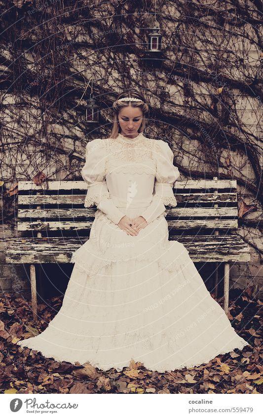 SESShaft Frau Erwachsene 18-30 Jahre Jugendliche dunkel schön bescheiden demütig Endzeitstimmung Ewigkeit Braut Hochzeit Kleid blond altehrwürdig Laterne Bank