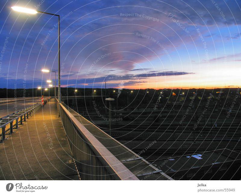 rangierbahnhof Himmel Hamburg Brücke leuchten trist Geländer Gleise Laterne Straßenbeleuchtung Abenddämmerung Bahnhof Rangierbahnhof