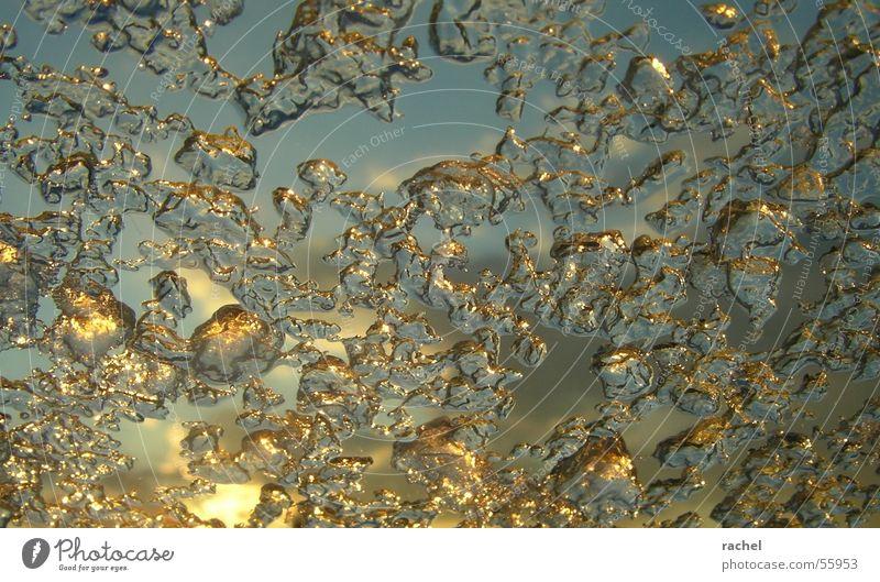 Schneeschmelze Wasser Sonne blau Winter Wolken kalt grau Regen Eis gold Klarheit gefroren durchsichtig Kristallstrukturen fließen Blauer Himmel