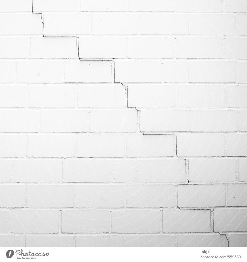 es geht bergab Menschenleer Mauer Wand Fassade Linie Riss Niveau alt dünn kaputt lang schwarz weiß Stimmung Verfall Vergänglichkeit Wandel & Veränderung