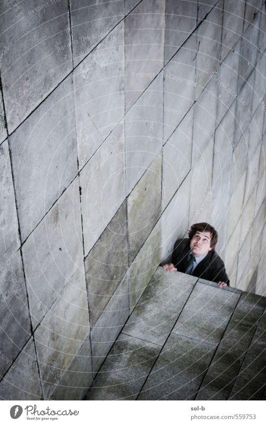 hochkant Arbeit & Erwerbstätigkeit Mensch maskulin Junger Mann Jugendliche Erwachsene 1 Stadt Mauer Wand Straße Anzug hängen dunkel lustig verrückt träumen