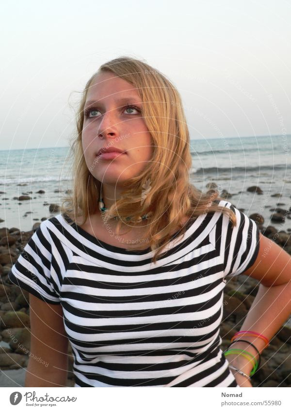 Fernweh Frau Himmel Meer blau Stein See braun Küste blond T-Shirt Streifen Top Kette Brandung Zebra