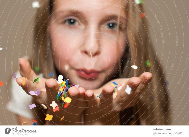 Konfetti fliegt. Freizeit & Hobby Spielen Feste & Feiern feminin Mädchen Gesicht Hand 1 Mensch 8-13 Jahre Kind Kindheit Accessoire blond langhaarig gebrauchen