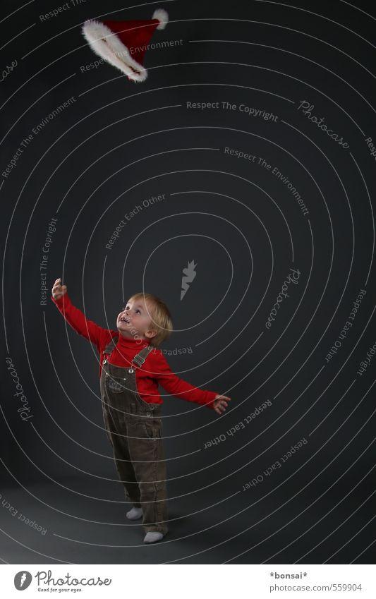 mützen werfen Mensch Kind Weihnachten & Advent Freude Leben Junge Spielen klein Glück fliegen Kindheit Lächeln Fröhlichkeit beobachten Mütze Kleinkind
