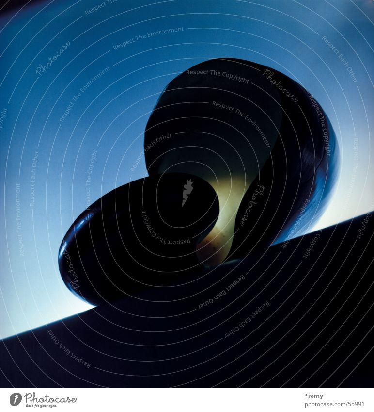 Schneckchen II Schneckenhaus Muschel weiß schwarz Stillleben Licht dunkel abstrakt Tier diagonal blau gold Schatten Nahaufnahme reflektion Haus snail shell blue