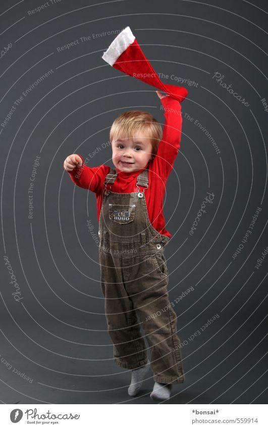 vorfreude Spielen Weihnachten & Advent Mensch Kind Kleinkind Junge 1 1-3 Jahre Latzhose Mütze Bewegung festhalten Lächeln springen Tanzen werfen blond frech