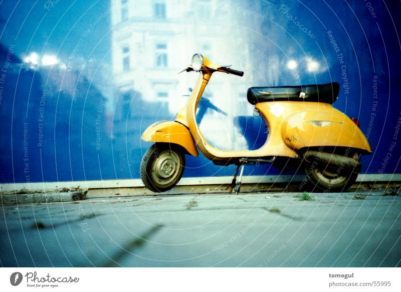 Wenn Schnecken träumen Verkehrsmittel Kleinmotorrad parken blau-gelb-kontrast Lomografie warten wartestellung