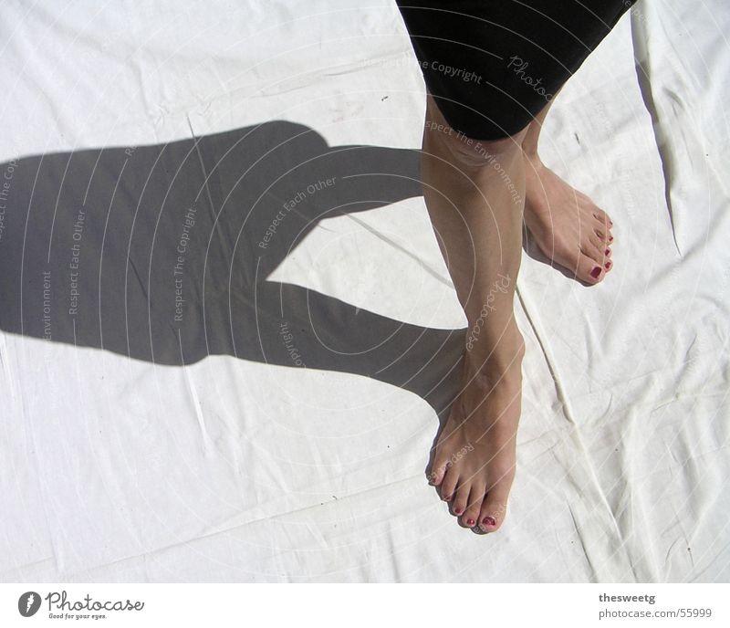 schreiten gehen stehen Leinentuch Frau Laufsteg Schienbein Knie Barfuß stolzieren Präsentation step Fuß Schatten Dame Beine modeschau