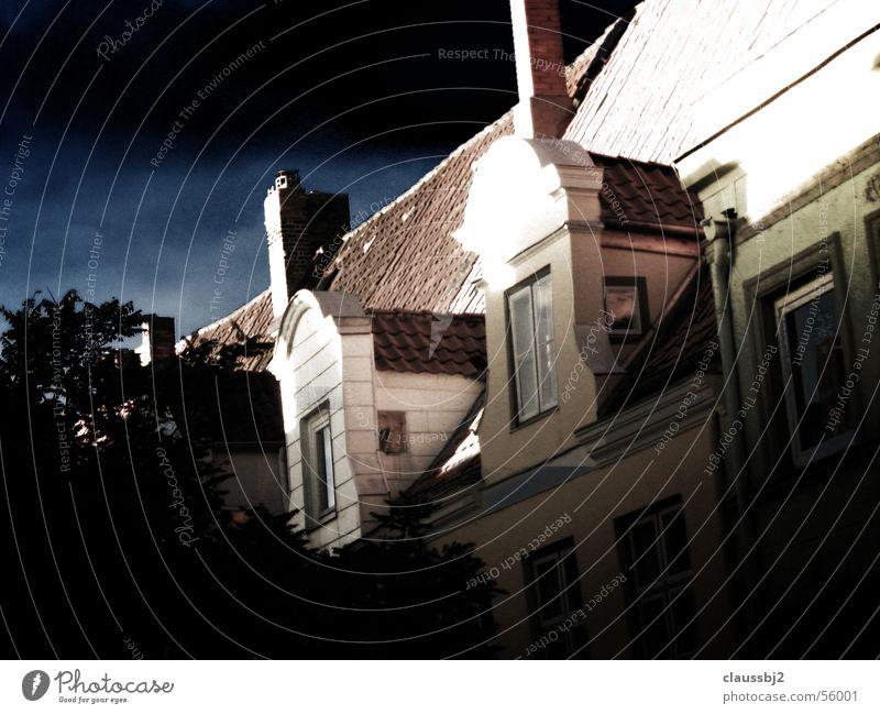 Lübecks Altbau Sonne Stadt Haus dunkel Wärme hell Physik Gewitter Unwetter Altbau schlechtes Wetter