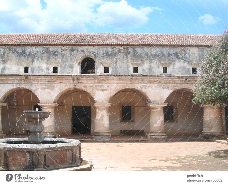 convent Kolonialstil Mauer Brunnen Ruine Fenster grün Baum Kloster Blauer Himmel altes gemäuer Wasser Spanien Antigua Tür Architektur