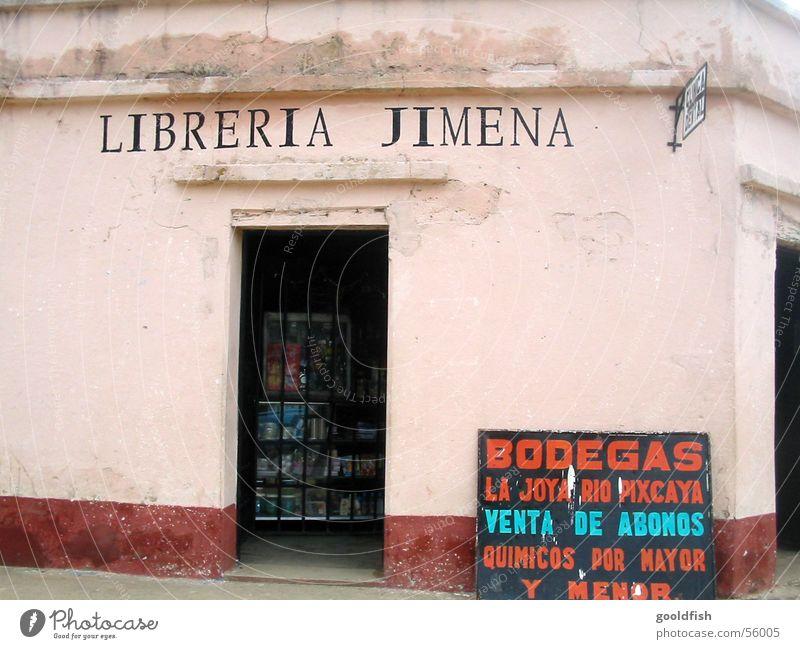 herzlich willkommen alt rot Haus Wand rosa Tür Schilder & Markierungen Ecke Dorf Ladengeschäft Eingang Ruine Willkommen Kiosk Mittelamerika Guatemala